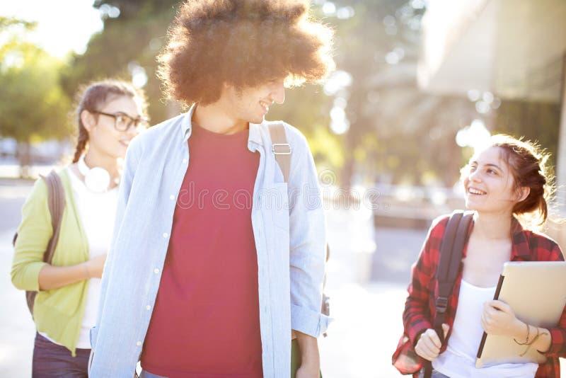 Jonge studenten op campus royalty-vrije stock afbeelding