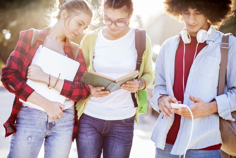 Jonge studenten op campus stock fotografie