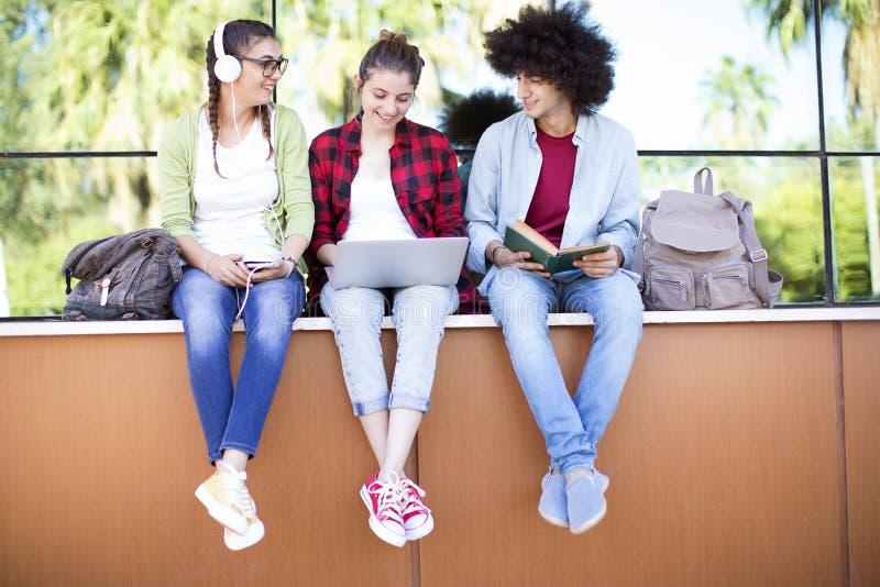 Jonge studenten op campus royalty-vrije stock fotografie