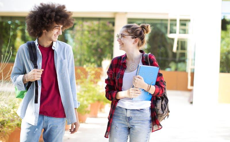 Jonge studenten op campus stock foto's