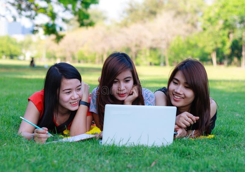 Jonge studentengroep met computer het bestuderen stock afbeeldingen