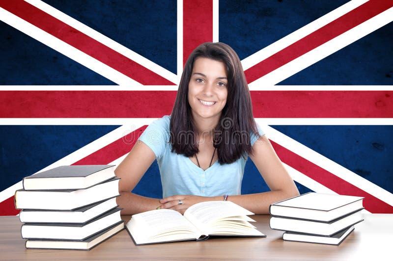 Jonge studentenpc op de achtergrond met Britse vlag royalty-vrije stock afbeelding