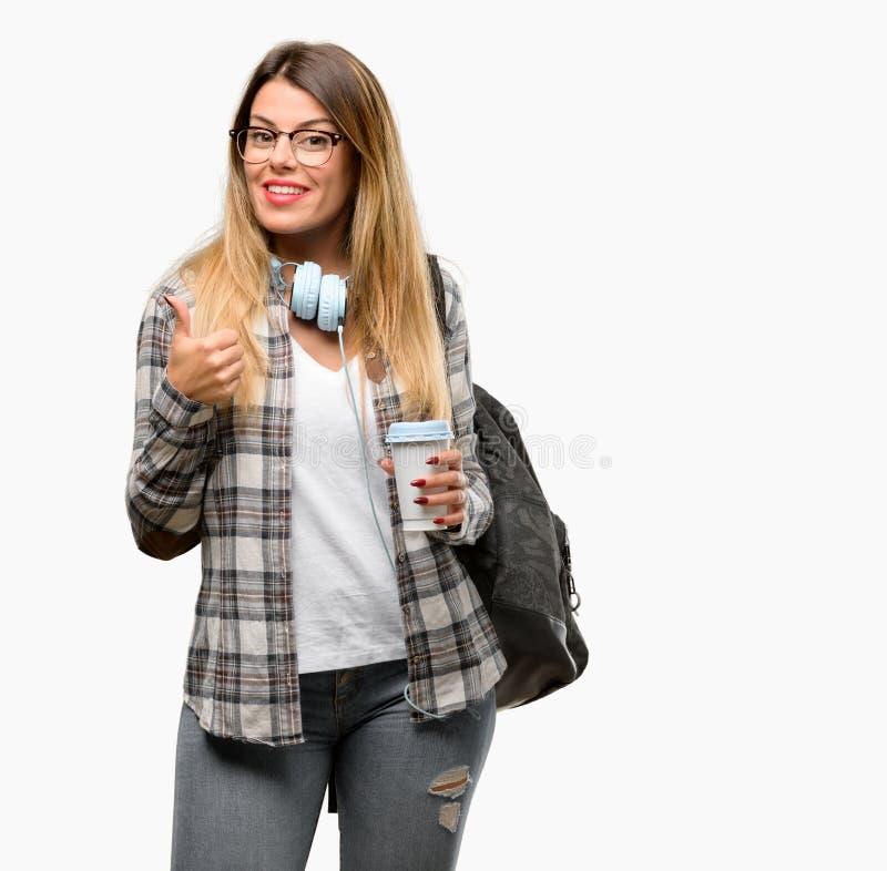 Jonge studentenvrouw met hoofdtelefoons en rugzak royalty-vrije stock foto's