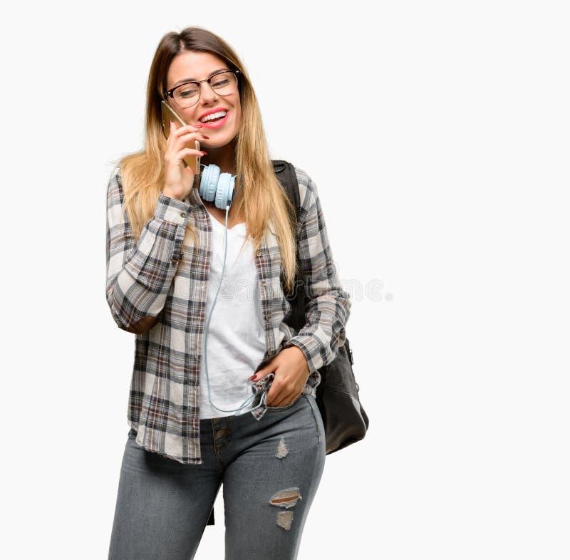 Jonge studentenvrouw met hoofdtelefoons en rugzak royalty-vrije stock afbeelding