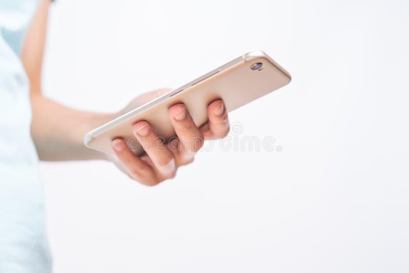 Jonge studentenvrouwen die online op smartphone winkelen zaken en modern levensstijlconcept lege smartphonevertoning voor exempla royalty-vrije stock foto