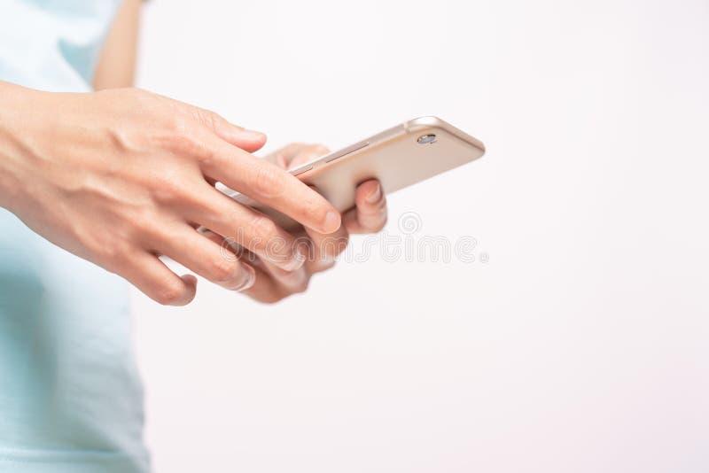 Jonge studentenvrouwen die online op smartphone winkelen zaken en modern levensstijlconcept lege smartphonevertoning voor exempla stock afbeeldingen