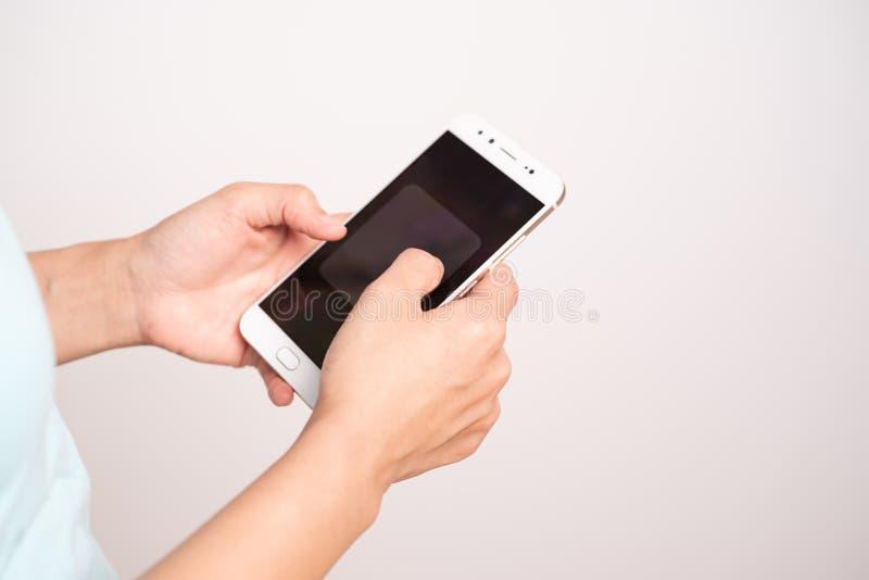Jonge studentenvrouwen die online op smartphone winkelen zaken en modern levensstijlconcept lege smartphonevertoning voor exempla royalty-vrije stock foto's
