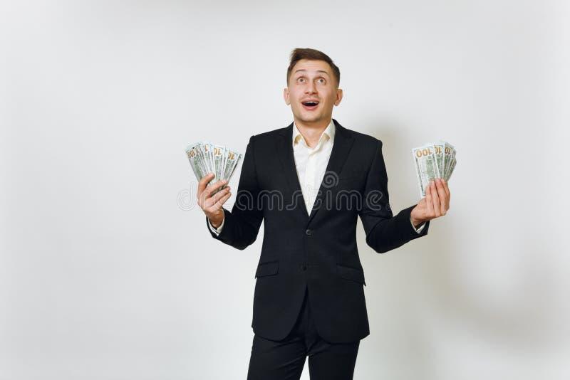 Jonge succesvolle knappe rijke bedrijfsmens in zwart kostuum op witte achtergrond voor reclame royalty-vrije stock afbeelding