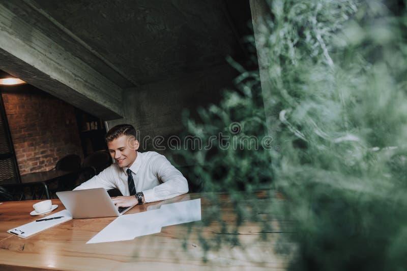 Jonge succesvolle mens die van het werk in koffie genieten royalty-vrije stock afbeeldingen