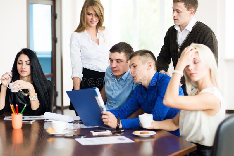 Jonge succesvolle ondernemers op een commerciële vergadering royalty-vrije stock foto's