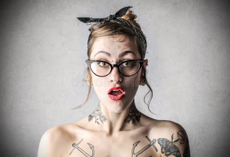 Jonge taaie vrouw met tatoegeringen royalty-vrije stock foto