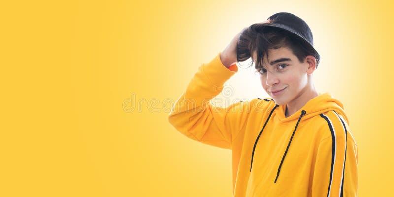 Jonge tiener aan ge?soleerde manier royalty-vrije stock fotografie
