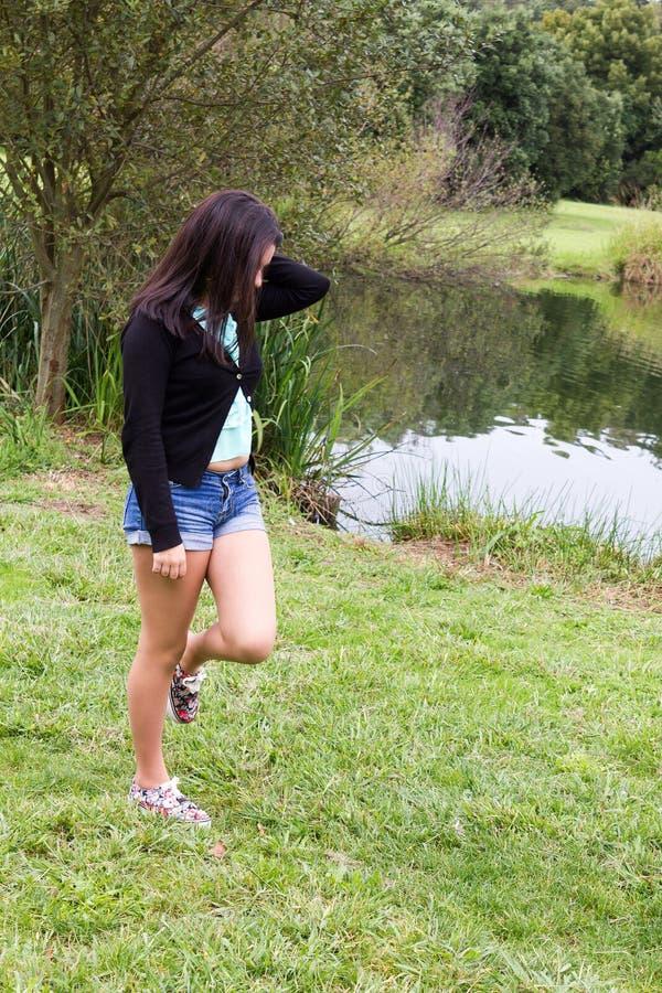 Jonge tiener bij het park stock foto