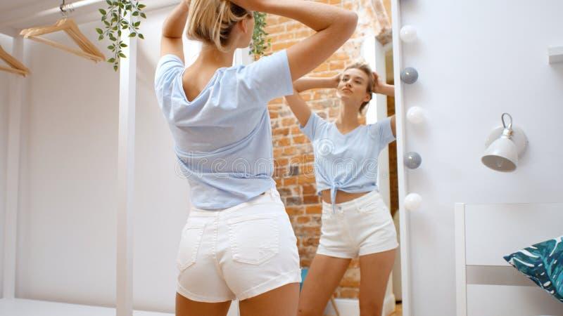 Jonge tiener die kleren proberen en spiegel bekijken smilng gelukkig royalty-vrije stock foto
