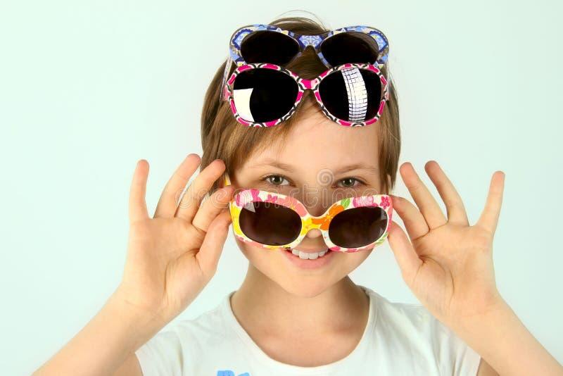 Jonge tiener die modieuze zonnebril dragen royalty-vrije stock foto's