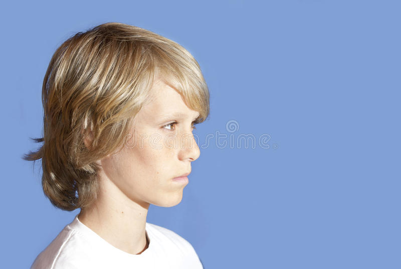Jonge tiener die omzichtig kijkt stock foto