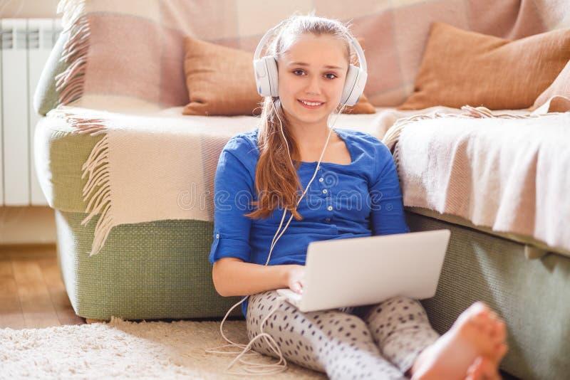 Jonge tiener die pret met laptop hebben thuis stock afbeelding