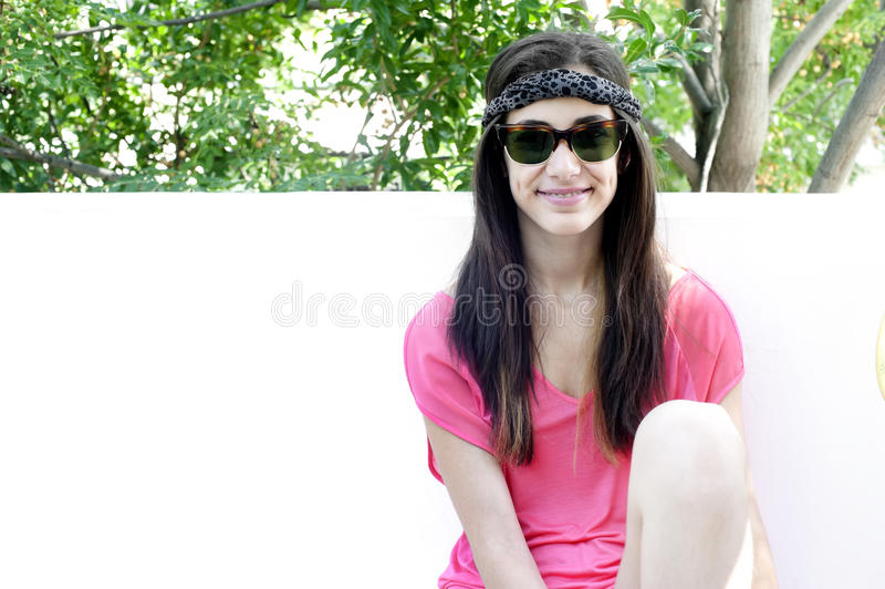 Jonge tiener met zonnebril royalty-vrije stock afbeeldingen
