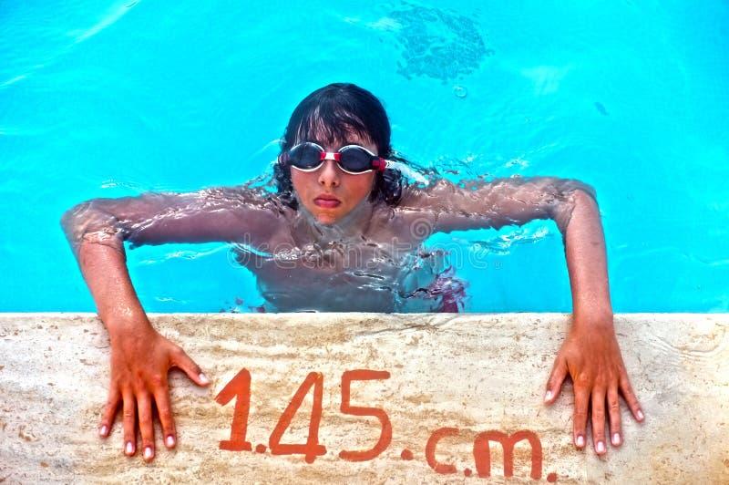 Jonge tiener op poolside royalty-vrije stock foto