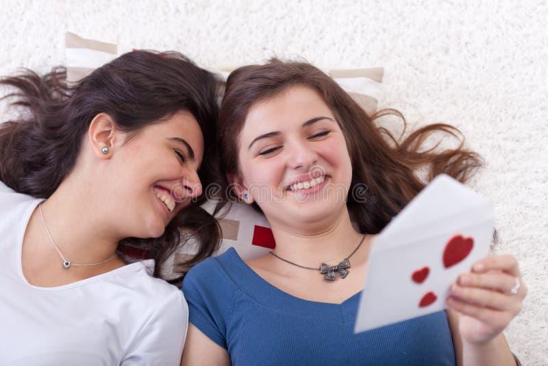 Jonge tieners die liefdebrief lezen stock fotografie