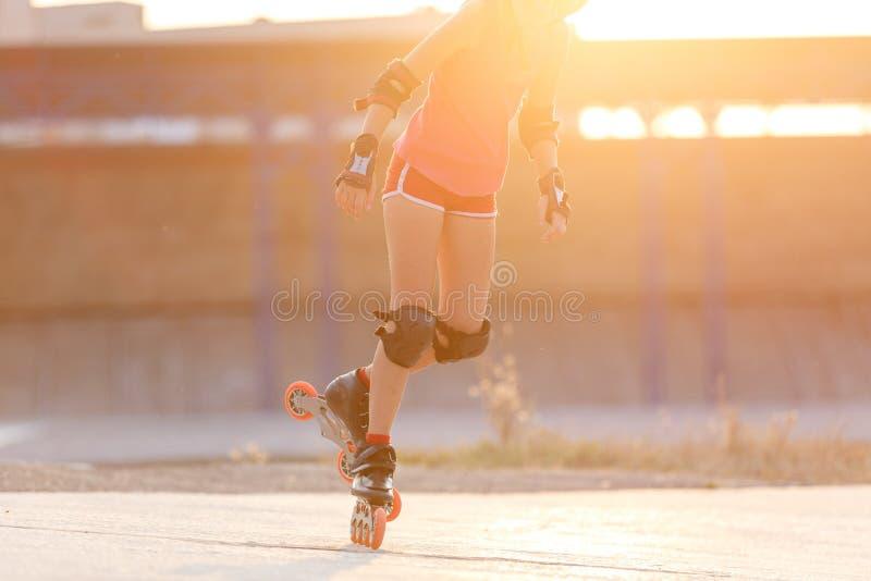 Jonge tienersnelheid die op rollerdrome schaatsen royalty-vrije stock foto's