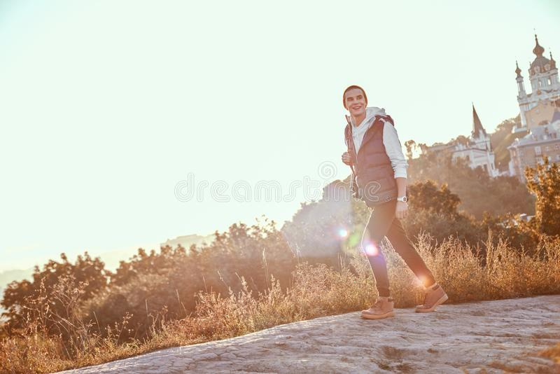 Jonge toerist blogger in oranje hoedengangen Bij backgroung is zonsopgang royalty-vrije stock afbeelding