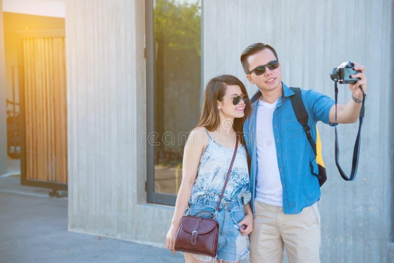 Jonge toerist die hun foto op de straat nemen stock afbeeldingen