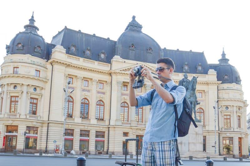 Jonge toerist met klassieke camera stock fotografie