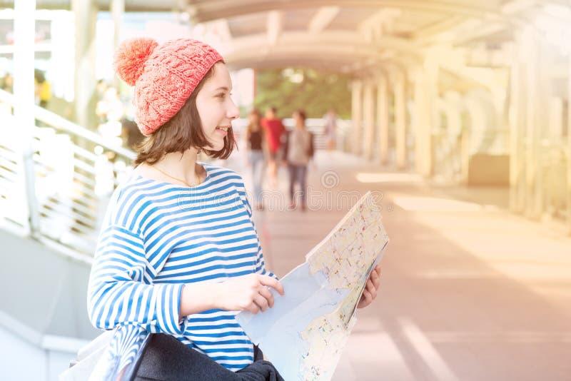 Jonge Toeristenreis en het winkelen in de stad royalty-vrije stock foto's