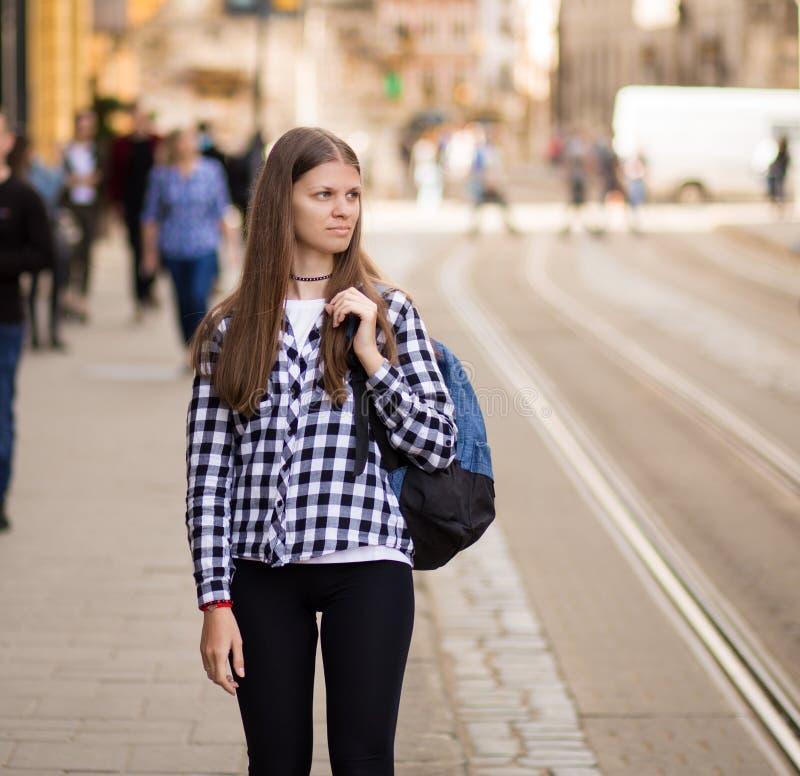 Jonge toeristenvrouw met rugzakgang door straat in de oude stad van Europa, de stijl van de de zomermanier royalty-vrije stock fotografie