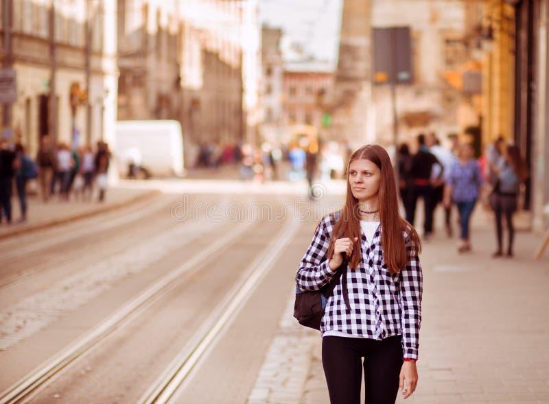 Jonge toeristenvrouw met rugzakgang door straat in de oude stad van Europa, de stijl van de de zomermanier royalty-vrije stock foto's