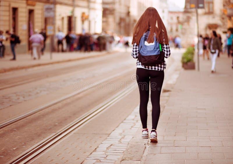 Jonge toeristenvrouw met rugzakgang door straat in de oude stad van Europa, de stijl van de de zomermanier stock fotografie