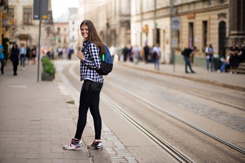 Jonge toeristenvrouw met rugzakgang door straat in de oude stad van Europa, de stijl van de de zomermanier royalty-vrije stock afbeelding