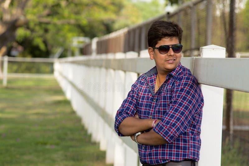 Jonge toevallige mens die beschermende brillen het stellen dragen royalty-vrije stock fotografie