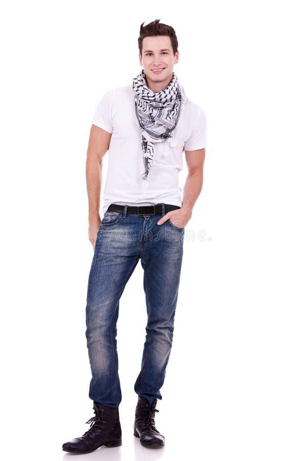 Jonge toevallige mens die laarzen draagt royalty-vrije stock foto