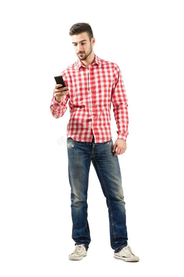 Jonge toevallige mens die slimme telefoon met behulp van royalty-vrije stock foto