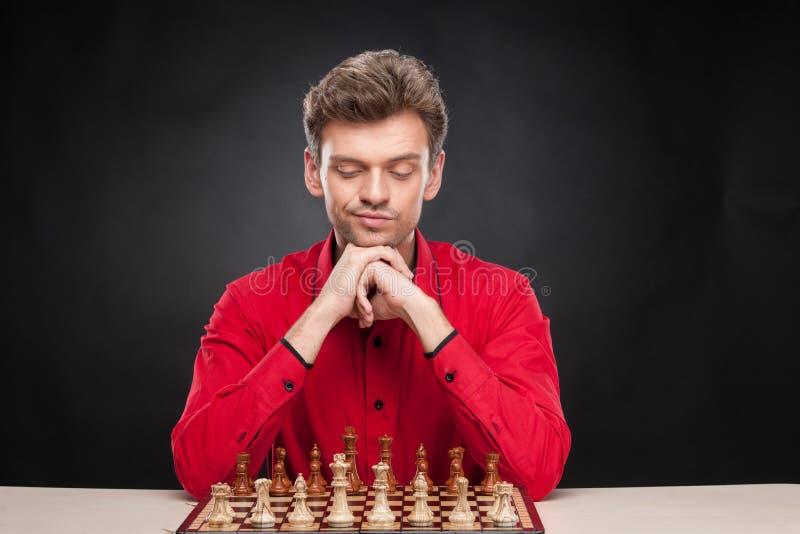 Jonge toevallige mensenzitting over schaak stock afbeeldingen