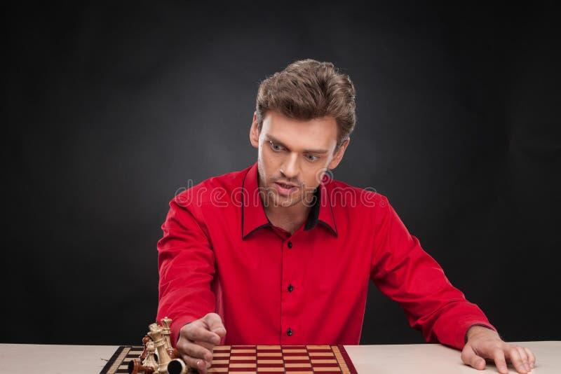 Jonge toevallige mensenzitting over schaak stock afbeelding