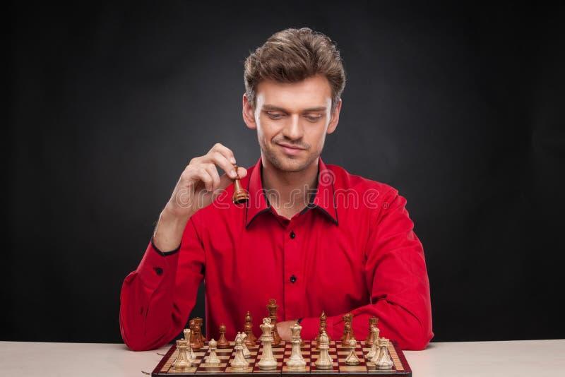 Jonge toevallige mensenzitting over schaak stock foto