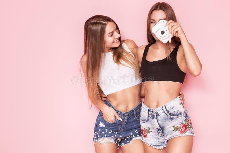 Jonge tweelingenzusters die foto's nemen stock fotografie