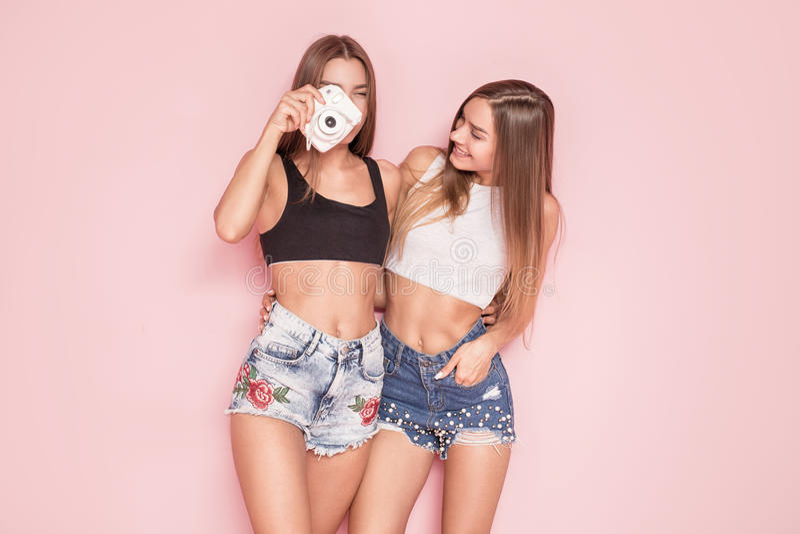 Jonge tweelingenzusters die foto's nemen royalty-vrije stock foto's