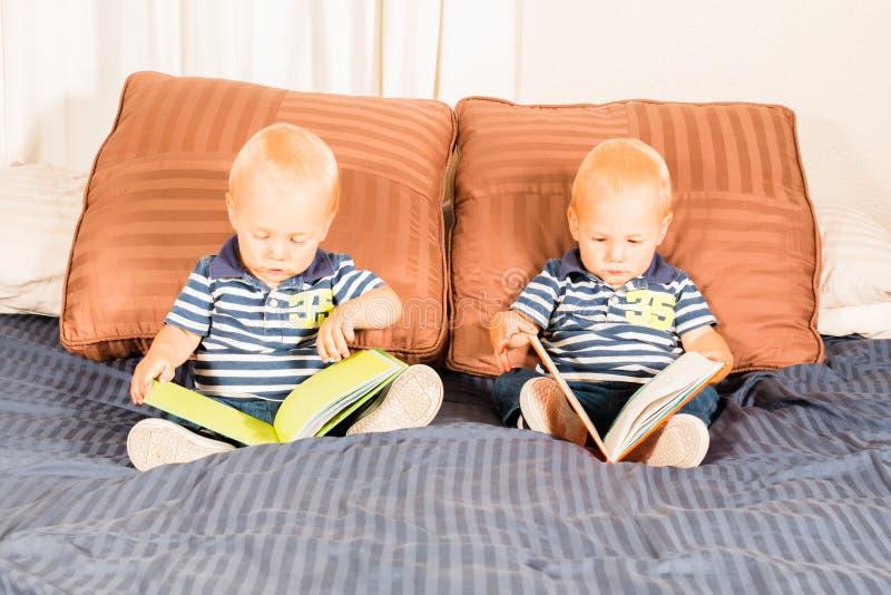 Jonge Tweelingjongens die samen het Bekijken Boeken zitten royalty-vrije stock fotografie