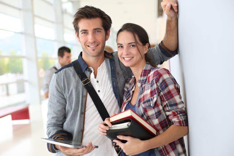 Jonge universitaire studenten die boeken houden royalty-vrije stock afbeeldingen