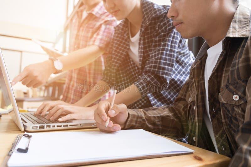 jonge universitaire studenten die met computer in koffie bestuderen groep royalty-vrije stock afbeeldingen
