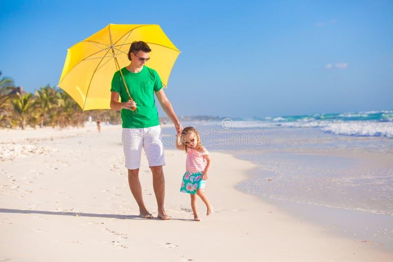 Jonge vader en zijn kleine dochter die onder lopen royalty-vrije stock fotografie