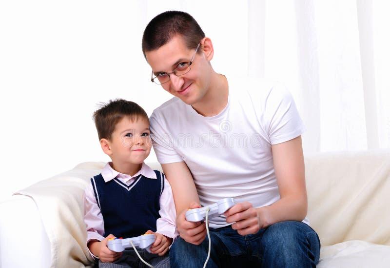Jonge vader en zoon samen royalty-vrije stock fotografie