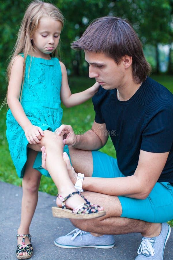 Jonge vadermedelijden zijn kleine dochter, die kwetsen royalty-vrije stock foto's