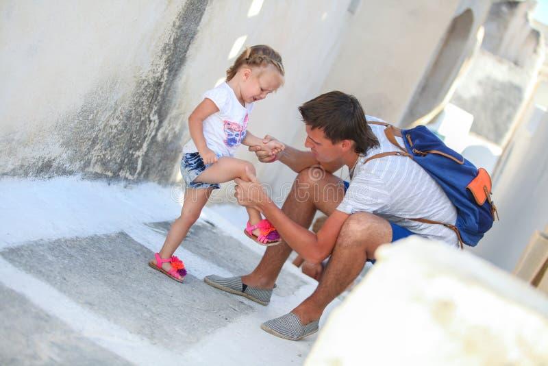 Jonge vadermedelijden zijn kleine dochter, die kwetsen stock fotografie