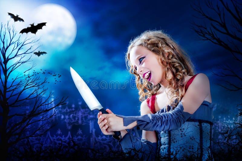 Jonge vampier met mes bij volle maan royalty-vrije stock fotografie