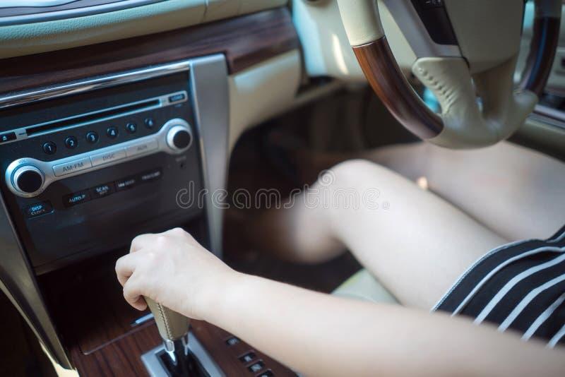 Jonge van de de snelheidshand van de vrouwenverandering de holdingsversnellingsbak in auto royalty-vrije stock afbeelding